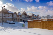 Free Brown 2-storey Houses During Snow Stock Photography - 109916062