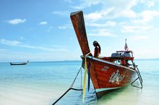 Free Brown Boat Docked At The Seaside Under The Clear Blue Skies Stock Images - 109916204