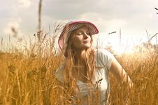 Free Woman Wearing White Top And Red And White Sunny Hat Royalty Free Stock Photos - 109916408