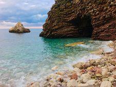 Free Beach Shore Near Cave Royalty Free Stock Photography - 109916497