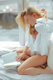 Free Woman In White Shirt Reading Book Royalty Free Stock Photo - 109916715