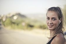 Free Woman Wearing Black Tank Top And White Earbuds Royalty Free Stock Photo - 109917425