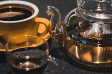 Free Luqiud Filled Clear Glass Teapot With Cup Stock Images - 109917524