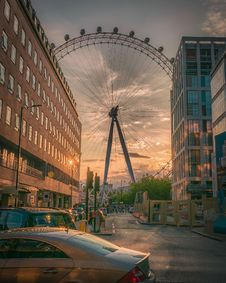 Free Ferris Wheel Near Building During Sunset Royalty Free Stock Photo - 109917825