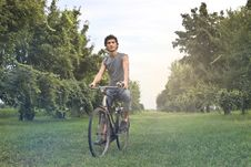 Free Man In Gray Sleeveless Shirt Riding Bike Royalty Free Stock Photography - 109918707