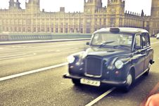Free Blue Classic Car Near Westminster Palace Stock Images - 109919014