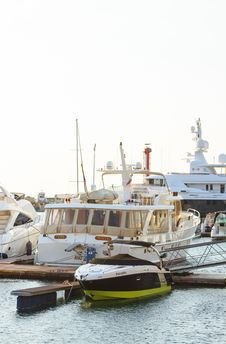 Free White Yacht Parked On Wooden Dock Royalty Free Stock Photos - 109923168
