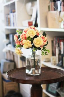 Free Arrange Of Petal Flower In Clear Glass Vase At Table Royalty Free Stock Photo - 109923335