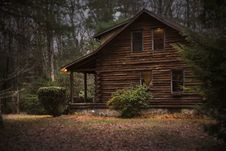 Free Brown Cabin In The Woods On Daytime Royalty Free Stock Photos - 109923468