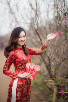 Free Woman Wearing Red Long-sleeved Dress Holding Pink Petaled Flower Stock Photo - 109923780