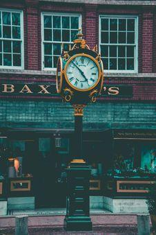 Free Round Yellow And Black Analog Pedestal Clock Displaying 4:58 Royalty Free Stock Images - 109923969