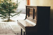 Free Brown Wooden Upright Piano In Shallow Focus Lens Stock Image - 109925311