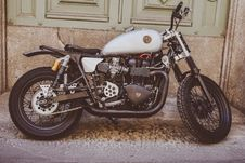 Free White And Black Bobber Bike Stock Photos - 109925323