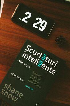 Free Black Android Smartphone Beside Scurtaturi Inteligente Book Stock Photography - 109925342