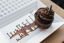 Free Chocolate Cupcake On Rectangular White Ceramic Plate Royalty Free Stock Photos - 109925458