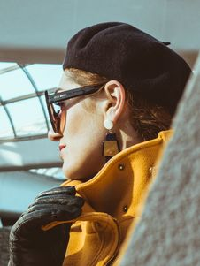 Free Woman In Yellow Trench Coat, Black Leather Gloves, Black Sunglasses And Black Hat Royalty Free Stock Photography - 109925657