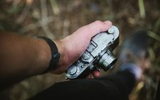 Free Person Holding Grey Point-and-shoot Camera Royalty Free Stock Photos - 109925778
