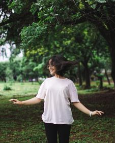Free Photography Of A Smiling Woman Near Trees Stock Image - 109925841