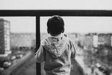 Free Boy Wearing Gray Hoodie Royalty Free Stock Images - 109925939