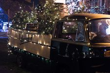 Free Classic Brown Single-cab Truck With Christmas Tree Stock Photos - 109926173
