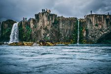 Free People Near Cliff Under Cloudy Sky Royalty Free Stock Photos - 109926458