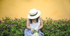 Free Woman Holding Bunch Of White Roses While Sitting Near Flower Fields Stock Photo - 109926850