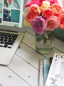 Free Assorted-color Flower Arrangement In Clear Glass Vase Beside A Laptop Royalty Free Stock Photo - 109926915