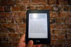 Free Person Holding Amazon Kindle Ebook Royalty Free Stock Photos - 109927428