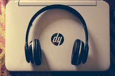 Free Black Wireless Headphone Near White Hp Laptop Stock Images - 109927754