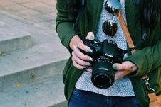 Free Woman Holding Black Canon Dslr Camera Royalty Free Stock Images - 109928139