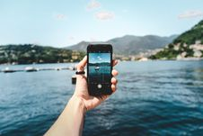 Free Person Holding Space Gray Iphone 5s Taking Picture Of Beach Royalty Free Stock Photo - 109928185