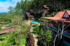 Free View Of Swimming Pool And Cottages In Resort Stock Photography - 109928222
