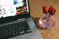 Free Black Dell Laptop Beside The Pink Glass Vase Stock Photography - 109928452