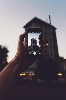 Free Person Holding Iphone Taking A Photo Of Building Royalty Free Stock Photos - 109928648