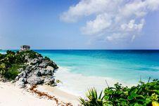 Free Sea Near Island Under Blue Sky Royalty Free Stock Images - 109928679