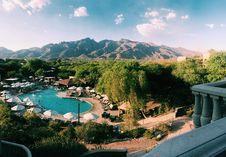 Free Resort Near Brown Mountain Range Royalty Free Stock Photo - 109928855