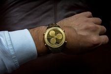 Free Person Wearing Round Gold Watch Royalty Free Stock Photography - 109929197