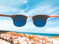 Free Blue Tint Clubmaster Sunglasses With Brown Frame Royalty Free Stock Photo - 109929285
