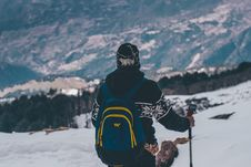 Free Man In Black And White Jacket And Blue Backpack Doing Snow Ski Royalty Free Stock Photos - 109973308