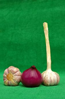 Free Garlic An Red Onion Royalty Free Stock Images - 1106699