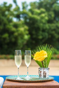 Free Yellow Rose Flower Centerpiece And Two Clear Champagne Flutes Stock Photography - 110174432