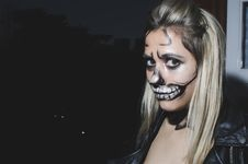 Free Woman With Skull Face Paint Royalty Free Stock Images - 110174449