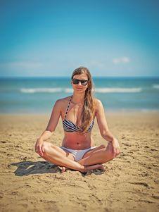 Free Woman Wearing White-and-black Bikini Sitting On Sand Near Seashore Royalty Free Stock Photos - 110248538