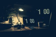 Free Black Digital Alarm Clock At 1:00 Royalty Free Stock Photos - 110248568