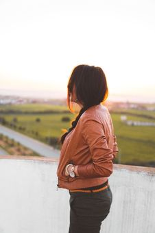 Free Side View Of Woman Wearing Brown Leather Jacket Royalty Free Stock Photo - 110654945