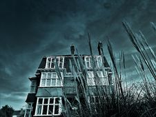 Free Greyscale House Photo Under Clouds Royalty Free Stock Image - 110654976