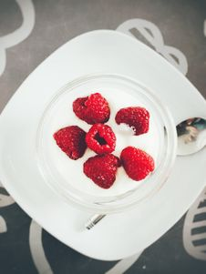 Free White Cream And Red Berries On Plate Royalty Free Stock Images - 110655059