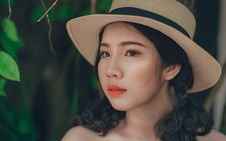 Free Woman With Pony-tailed Hair Wearing Brown And Blue Straw Hat Royalty Free Stock Photos - 110720958