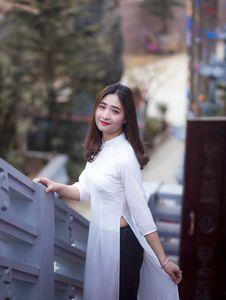 Free Woman Wearing White Slit Side Dress Royalty Free Stock Photo - 110885635
