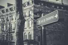 Free Grayscale Photo Of Black And White Arc De Triomphe Street Sign Royalty Free Stock Photo - 111070095